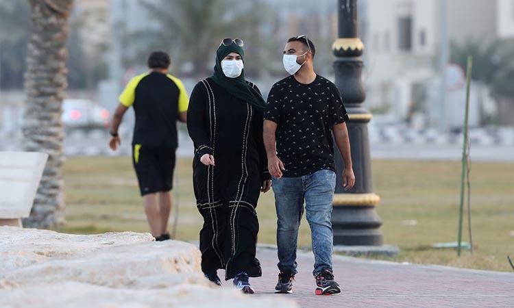 Người dân đeo khẩu trang khi đi bộ ở tỉnh Qatif, Arab Saudi hôm 10/3. Ảnh: Reuters.