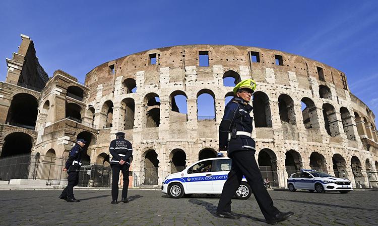 Cảnh sát tuần tra bên ngoài đấu trường La Mã ở Rome,  vùng Lazio sau lệnh phong tỏa toàn quốc hôm 9/3. Ảnh: AFP.
