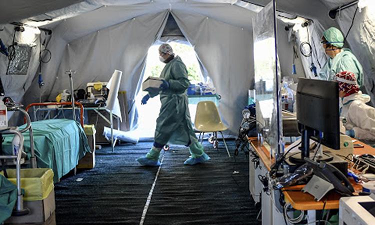 Phòng cấp cứu tạm thời tại một bệnh viện ở Brescia, miền bắc Italy. Ảnh: AP.