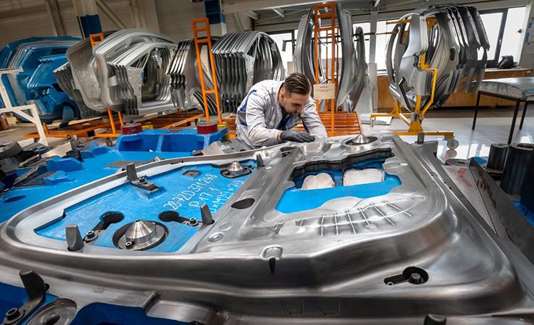 Công nhân làm việc trong nhà máy của Volkswagen ở Đức. Ảnh: EPA