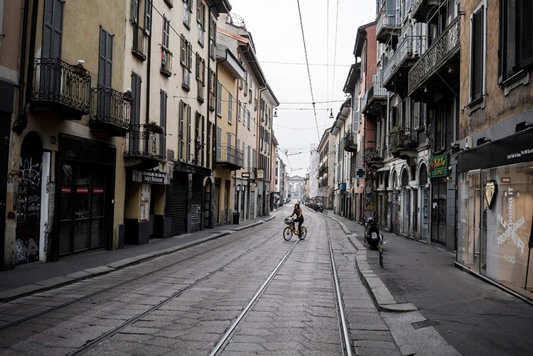Đường phố vắng vẻ ở Milan, Italy. Ảnh: NY Times