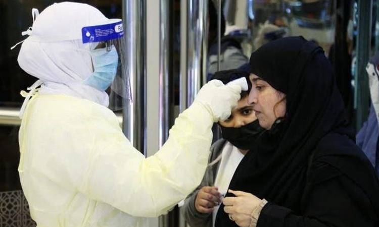 Nhân viên ở sân bay Vua Khalid tại Arab Saudi kiểm tra thân nhiệt hành khách hồi tháng một. Ảnh: Reuters.