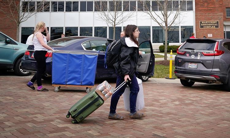 Sinh viên dọn đồ khỏi ký túc xá Đại học Dayton, bang Ohio, Mỹ hôm 11/3. Ảnh: Reuters.