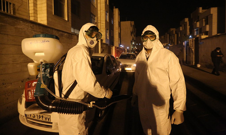 Lính cứu hỏa Iran đi phun hóa chất tẩy trùng tại khu vực phía nam thủ đô Tehran tối 11/3. Ảnh: AFP.