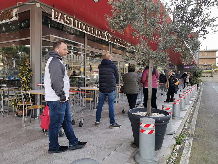 Người dân xếp hàng cách nhau ít nhất 1 mét tại một siêu thị ở Rome sau khi có lệnh phong tỏa hôm 11/3. Ảnh: Trần Ngọc Huyền