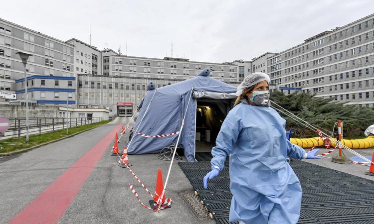Căn lều dựng tạm trước khu cấp cứu thuộcbệnh việnCremona, Lombardy. Ảnh: Guardian.