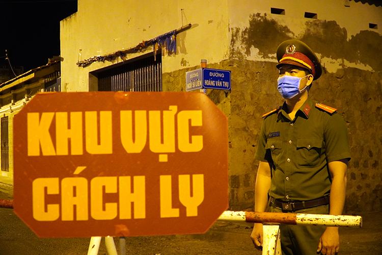 Bình Thuận phong tỏa hai tuyến đường Ngô Sĩ Liên và Hoàng Văn Thụ (phường Đức Thắng, TP Phan Thiết) cách ly ổ dịch nCoV. Ảnh: Việt Quốc.