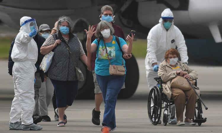 Hàng khách được đưa khỏi du thuyền Grand Princess ở California hôm 10/3. Ảnh: AFP.