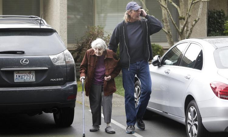 Người dân Mỹ bên ngoài một nhà dưỡng lão ghi nhận nhiều ca nhiễm nCoV ở bang Washington hôm 5/3. Ảnh: AFP.