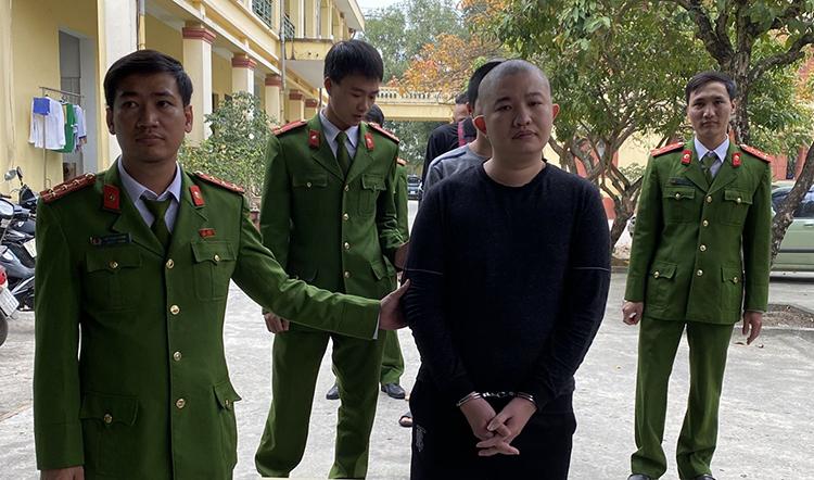 Cảnh sát bắt Lường Tuấn Vũ. Ảnh: Lam Sơn.
