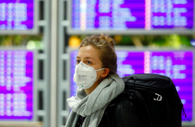 Một hành khách tại sân bay Frankfurt, Đức ngày 12/3. Ảnh: Reuters