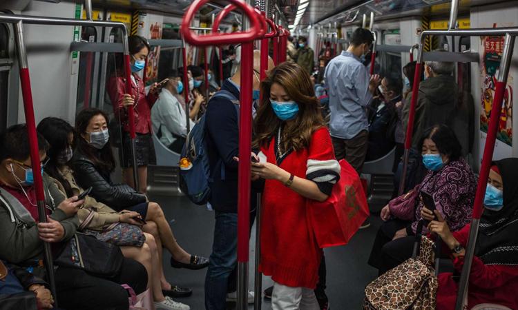 Tất cả hành khách đều đeo khẩu trang trên tàu điện ngầm ở Hong Kong hôm 25/1. Ảnh: AFP.