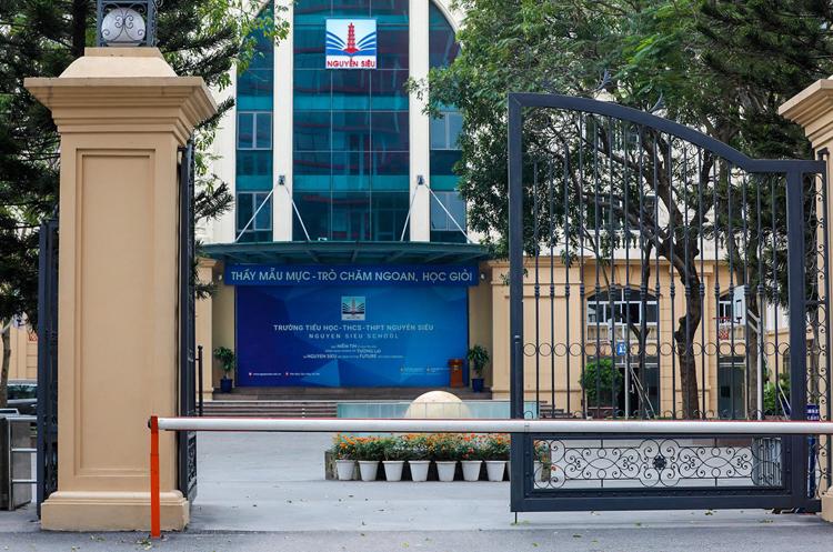 Cổng trường liên cấp Nguyễn Siêu, Hà Nội những ngày học sinh được cho nghỉ học phòng tránh Covid-19.. Ảnh: Ngọc Thành.