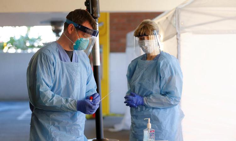 Nhân viên y tế xử lý mẫu xét nghiệm nCoV cho bệnh nhân tại Seattle, bang Washington, Mỹ hôm 9/3. Ảnh: Reuters.