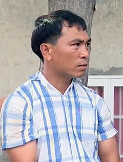 Ông Thu lúc công an TP Vũng Tàu dẫn giải đến dựng hiện trường vụ tai nạn. Ảnh: Quang Bình.