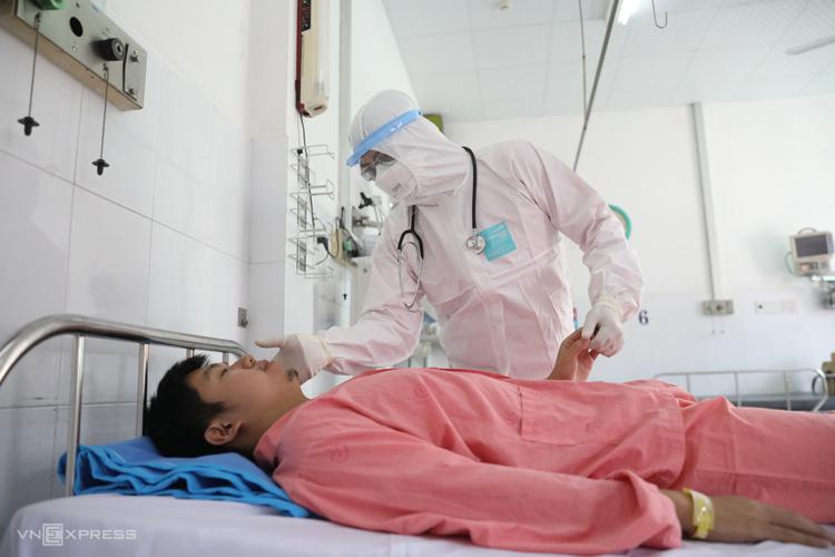 Bệnh nhân người Trung Quốc Li Zichao (sinh năm 1992) được bệnh viện Chợ Rẫy (TP HCM) điều trị khỏi nCoV, tháng 1/2020. Ảnh: Hữu Khoa