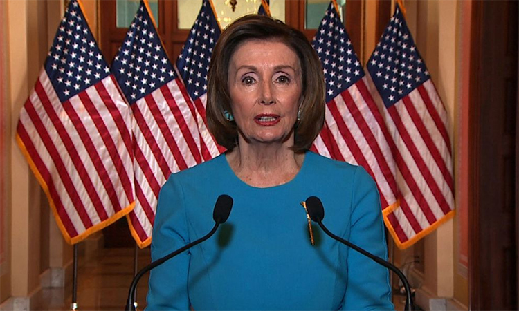 Chủ tịch Hạ viện Nancy Pelosi trong buổi họp báo trước cuộc bỏ phiếu thông qua dự luật chống Covid-19. Ảnh: CNN.