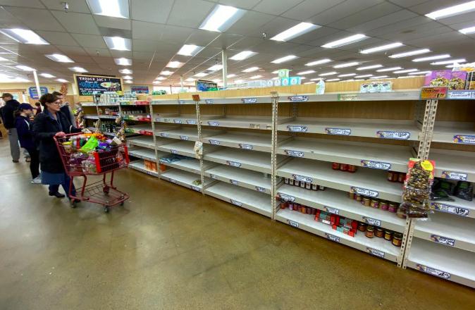 Kệ mỳ ống và đồ hộp ở siêu thị Trader Joes tại Encinitas, California, Mỹ gần như trống rỗng hôm 12/3. Ảnh: Reuters