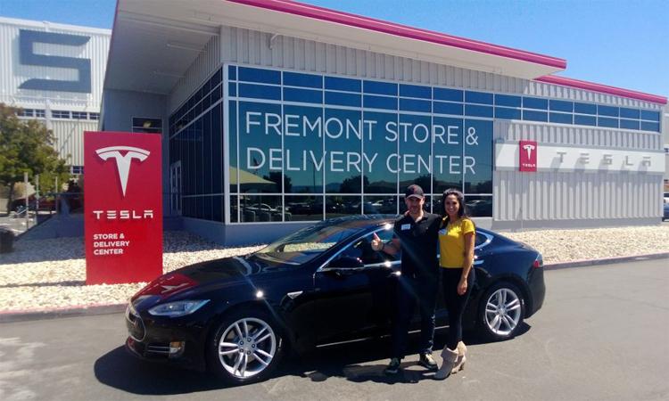 Một khách hàng nhận xe Model X tại trung tâm giao xe Tesla ở Fremont. Ảnh: Brett Morrison