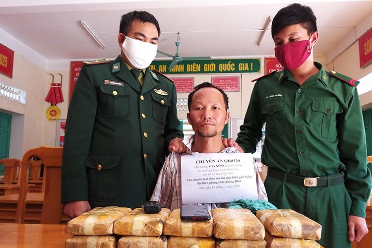 Người đàn ông Lào và tang vật vụ án. Ảnh: Đức Trí