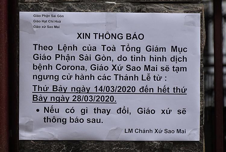 Thông báo ngưng tổ chức các thánh lễ được dán trước cổng nhà thờ Sao Mai, phường 7, quận Tân Bình. Ảnh: Hà An