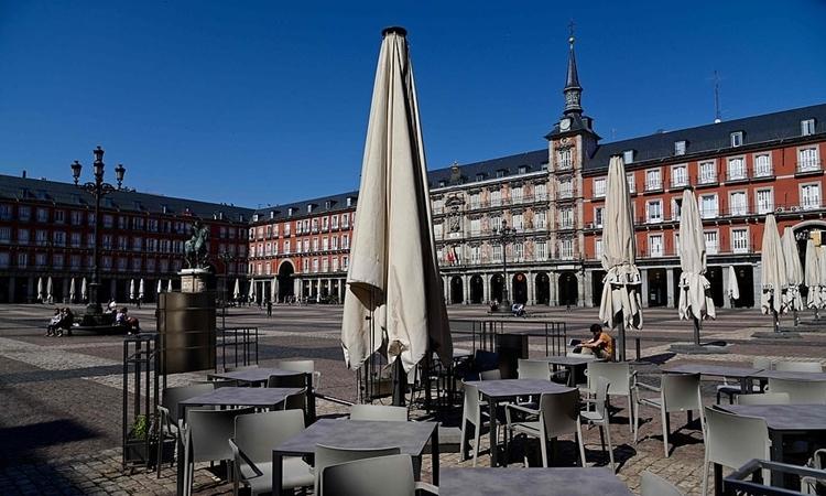 Nhà hàng tại quảng trường Mayor ở trung tâm Madrid đóng cửa ngày 14/3. Ảnh: AFP.