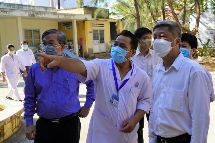 Bác sĩ Lê Hồng Vũ, Giám đốc Bệnh viện Phổi Bình Thuận báo cáo với đoàn về công tác cách ly. Ảnh: Việt Quốc