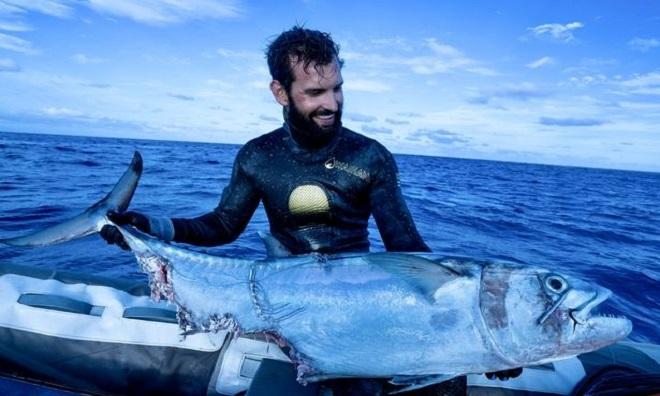 Cole ômcon cá ngừ bị cắn nham nhở. Ảnh: Mirror.