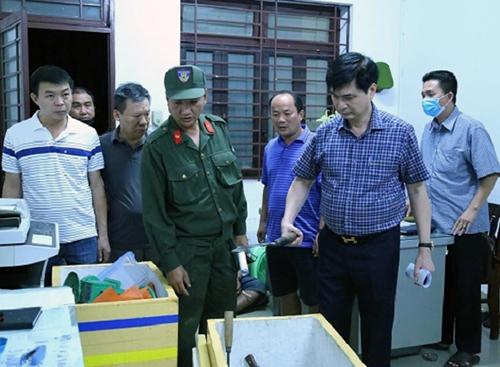 Đại tá Trịnh Ngọc Quyên, Giám đốc Công an Bình Dương đánh giá hung khí của nhóm điều hành sòng bạc. Ảnh: Công an Bình Dương
