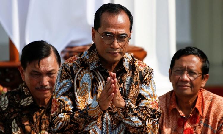 Bộ trưởng Giao thông Indonesia Budi Karya Sumadi (phía trước) tại Jakartan tháng 10/2019. Ảnh: Reuters.