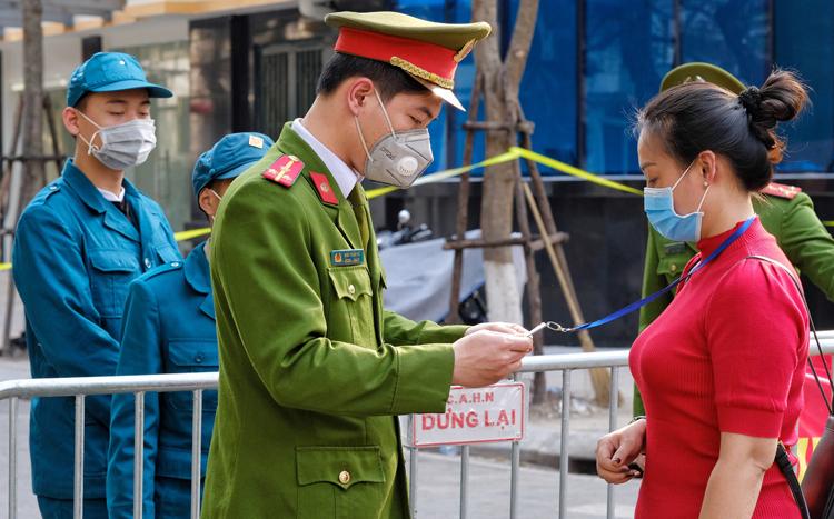 Lực lượng chức năng làm nhiệm vụ ở khu vực chốt ra vào phố Trúc Bạch. Ảnh: Giang Huy.