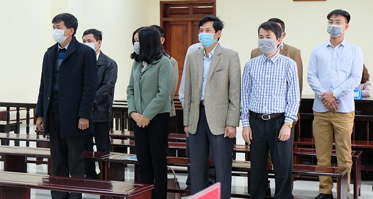 Lê Mạnh Hà (áo khoác đen bên trái) và các bị cáo tại toà. Ảnh: Lê Hoàng.