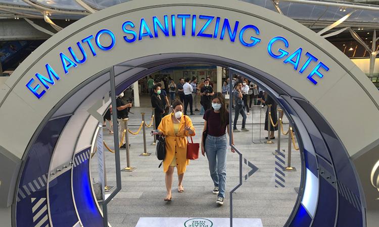 Người dân bước qua cổng khử trùng nCoV trước khi vào một trung tâm mua sắm ở Bangkok, Thái Lan ngày 6/3. Ảnh: Reuters.