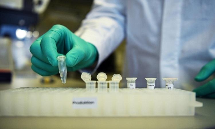 Nhà nghiện cứu ở Curevac phát triển vaccine ngừa nCoV trong phòng thí nghiệm tại Turbingen hôm 12/3. Ảnh: Reuters.