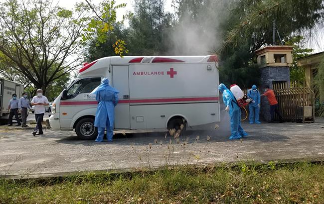 Lực lượng y tế đưa bệnh nhân 57 từ Trường cán bộ Hội Nông dân Việt Nam và Bệnh viện đa khoaTrung ương Quảng điều trị sáng 16./3. Ảnh: Huỳnh Chín.