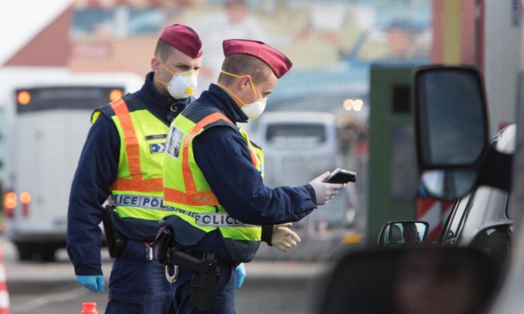 Cảnh sát Hungary tại chốt kiểm soát gần biên giới với Áo hôm 14/3. Ảnh: AFP.