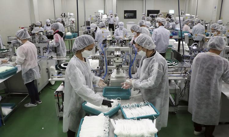Công nhân sản xuất khẩu trang ở nhà máy Wooil C&Tech ở Pyeongtaek hồi đầu tháng 3. Ảnh: AP.