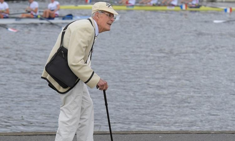 Cụ ông người Anh dự lễ hội đua thuyền hàng năm bên sông Thames ở thủ đô London năm ngoái. Ảnh: Reuters.