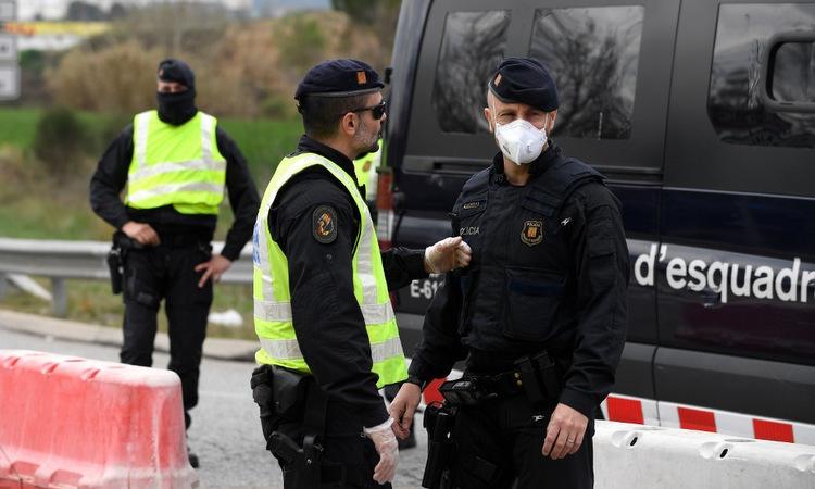 Cảnh sát gần một thị trấn bị phong tỏa ở đông bắc Tây Ban Nha hôm 13/3. Ảnh: AFP.