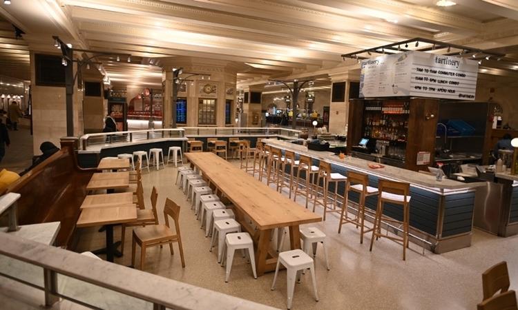 Một quán cafe ở ga tàu đóng cửa tại Manhattan, New York ngày 16/3. Ảnh: AFP.