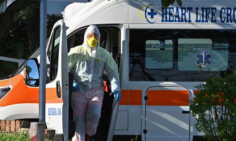 Nhân viên y tế bước ra khỏi xe cứu thương tại khu điều trị dã chiến Columbus Covid 2 ở bệnh viện Gemelli ở Rome, Italy ngày 16/3. Ảnh: AFP.