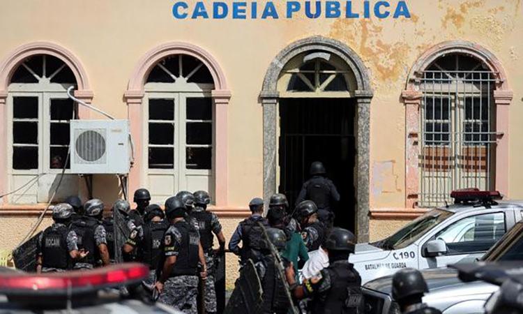 Cảnh sát chống bạo động được triển khai tới nhà tù Manaus ở Brazil sau một vụ bạo loạn tháng 1/2017. Ảnh: Reuters.