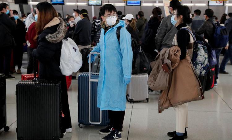 Hành khách xếp hàng tại sân bay New York hôm 13/3. Ảnh: Reuters.