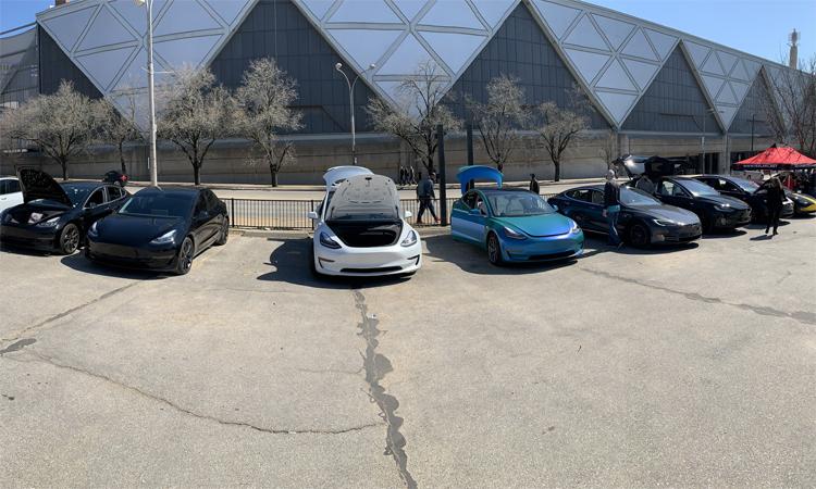Một loạt mẫu Tesla đủ loạiđược chính các chủ xe trưng bày bên ngoài khuôn viên triển lãm ở Kansas City, hôm 7 và 8/3. Ảnh: Facebook