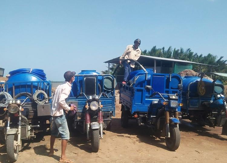 Người dân xã Phú Khánh vận chuyển nướcbằng xe bồn về nhà. Ảnh: Vương Vũ.