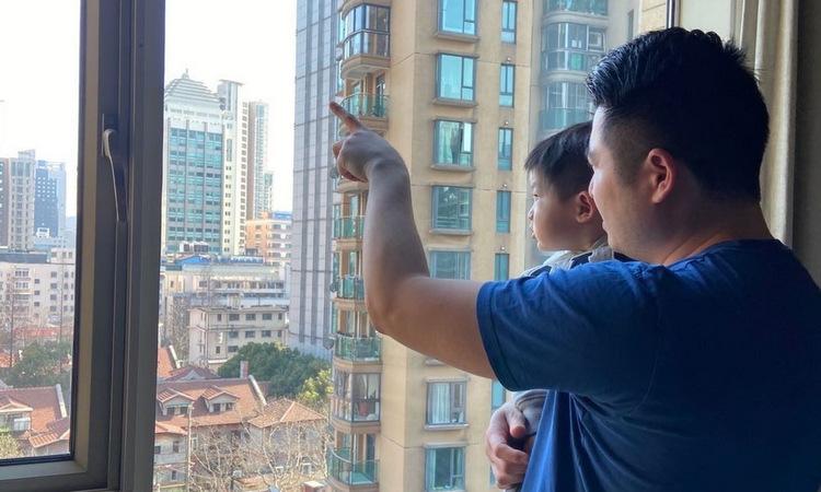 Josh Liu cùng con trai tại căn hộ ở Thượng Hải hôm 11/3. Ảnh: WSJ.