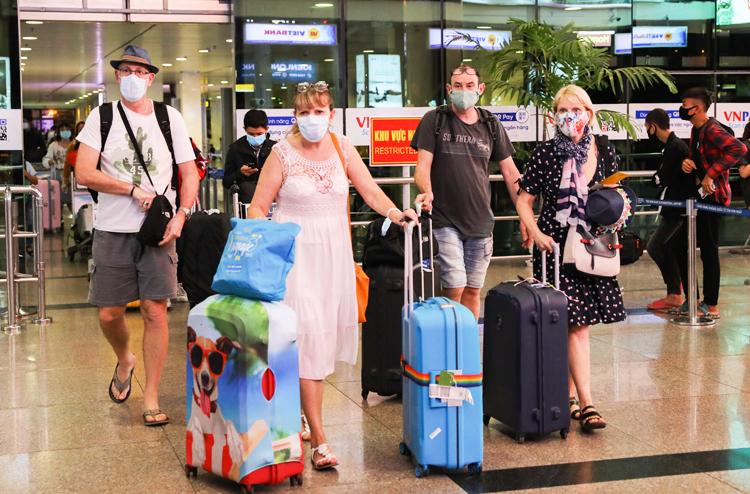 Khách quốc tế đến sân bay Tân Sơn Nhất ngày 13/3. Ảnh: Quỳnh Trần.