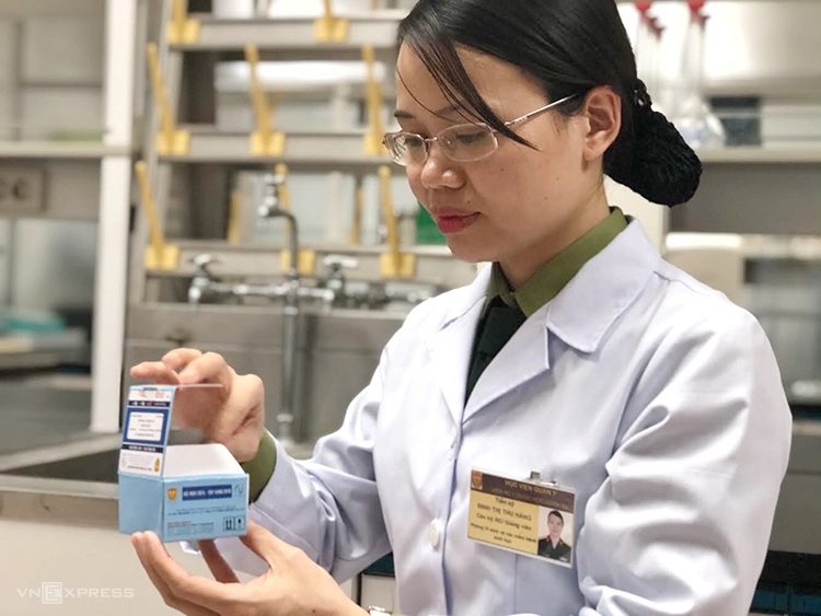 TS Đinh Thị Thu Hằng, Học viện Quân y, thành viên nhóm nghiên cứu Kit thử nCov kiểm tra kit. Ảnh: BN.