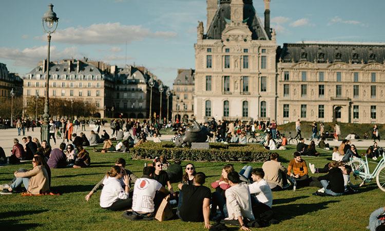 Người dân tụ tập gần bảo tàng Louvre ở Paris, Pháp hôm 15/3. Ảnh: NY Times.