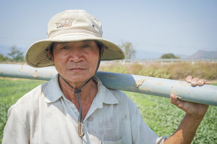 Hồ Ngọc Thành thu gom ống nước,đồ đạc chuẩn bị về quê Bình Định. Ảnh: Ngọc Oanh.